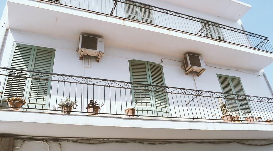 Balkon mit schickem Schrank verschönern