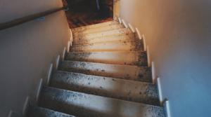 Wenn man mit gesundheitlichen Problemen zu kämpfen hat dann kann man sich zu Hause einen Treppenlift einbauen lassen